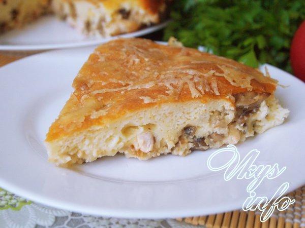 готовый пирог с курицей и грибами в разрезе