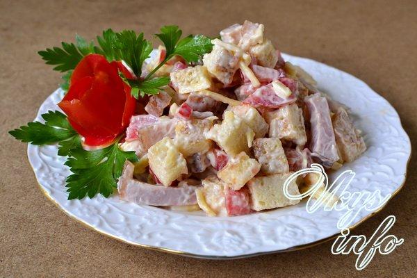 салат из помидоров и ветчины и сыра