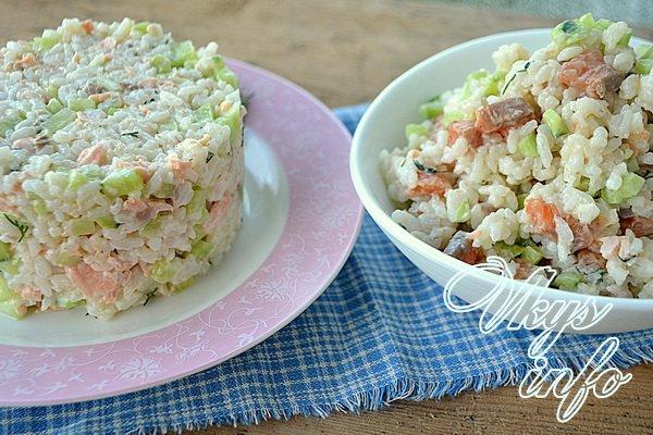 салат с семгой рисом и огурцом