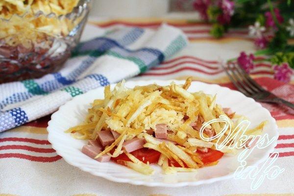 рецепт Салат с картофелем фри и колбасой