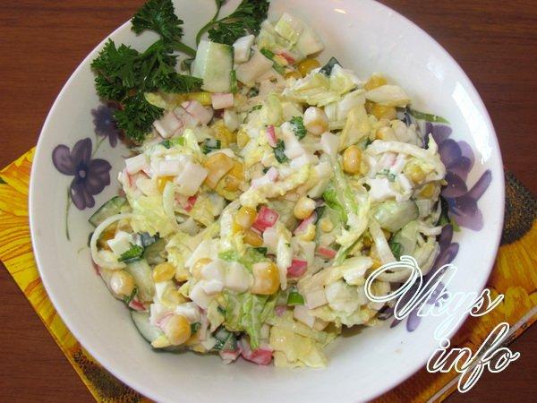 салат с помидорами и крабовыми палочками и капустой