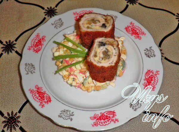 куриные рулеты с омлетом и грибами на сковороде