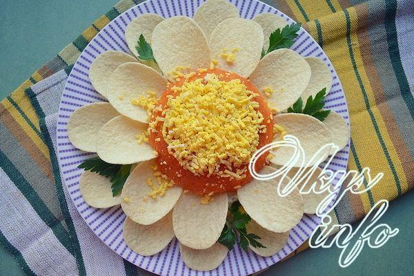 салат ромашка рецепт с курицей и чипсами