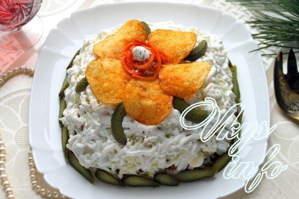 рецепт Салат «Орхидея» с чипсами и курицей