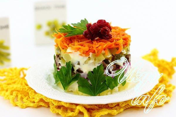 Салат из свиной печени с маринованным луком