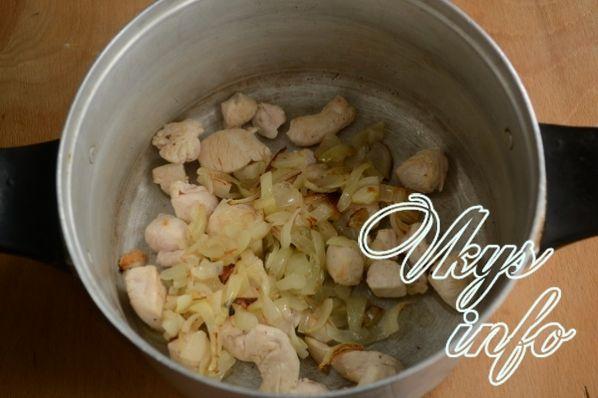 Картошка с капустой и курицей тушеная в кастрюле