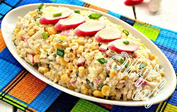 рецепт Классический салат с крабовыми палочками и рисом