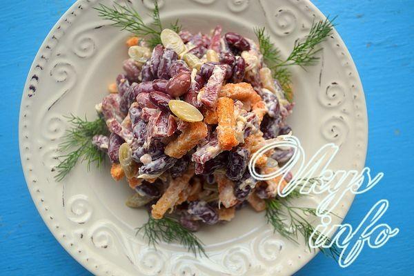 рецепт Салат из красной фасоли с копченой колбасой и сухариками