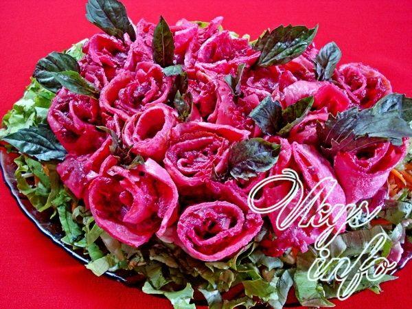рецепт Салат «Букет роз» из свеклы с блинами