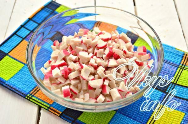 klassik salat iz krabovyh palochek s risom 3