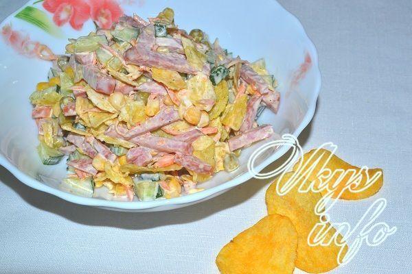 Салат с чипсами колбасой и капустой