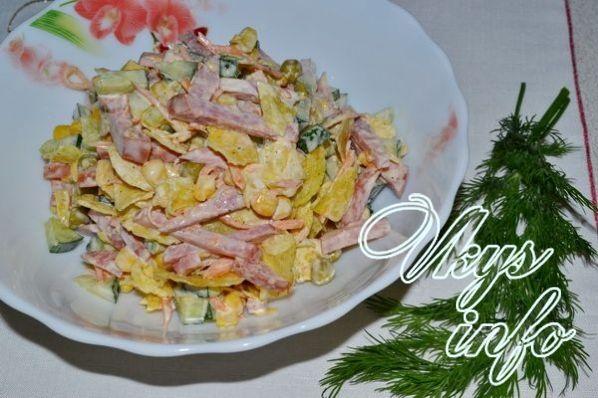 салат с кукурузой копченой колбасой сыром рецепт
