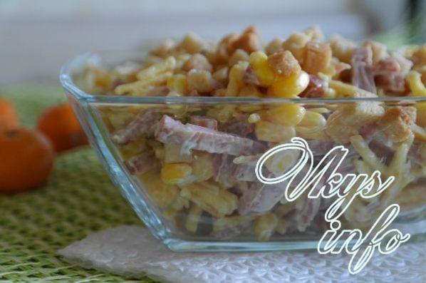 салат с сухариками копченой колбасой и кукурузой