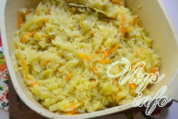 тушеная капуста с рисом на сковороде