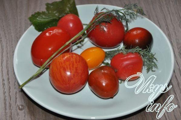 квашеные красные помидоры в ведре